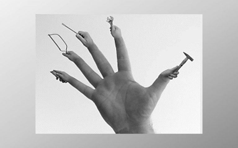 בריא ויפה זקן וחולה? הבחירה תמיד מונחת לידנו. תמונת יד של אישה רבת פעלים multitasking