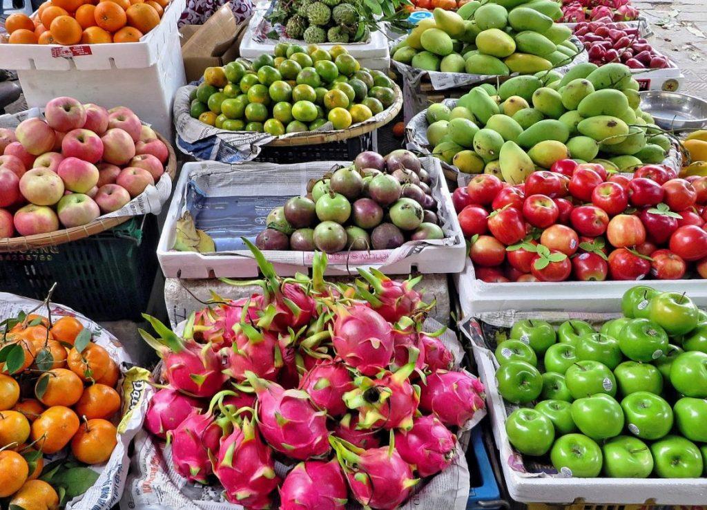 בריאות ואנטי אייג'ינג מודעות לרפואה מונעת ולגורמי סיכון. תמונה של פירות המכילים נוגדי חמצון מעכבי הזדקנות.