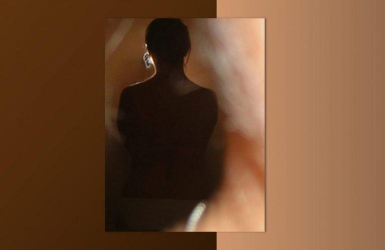 ניתוחים פלסטיים הפן הפסיכולוגי. תמונת גב של אישה מאחור ברקע בג' מוקה.