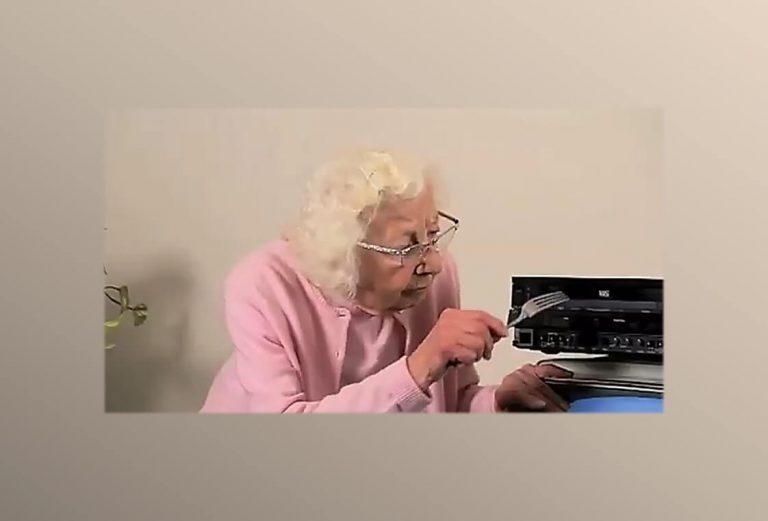 אישה אנלוגית בעולם דיגיטלי גם אני הייתי 'מאותגרת טכנולוגית' כמו הסבתא בתמונה.