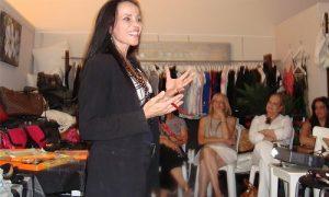 הרצאות לקהל של נשים. תמונה של חלי מרצה לנשים.