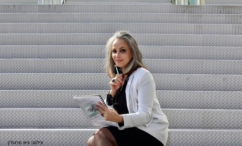 הרצאות לנשים - אסתטיקה ופלסטיקה I חלי בן דויד יועצת תדמית אישית. תמונה של חלי בן דויד יושבת עם מחברת.