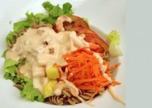 נוגדי חמצון תזונה מאוזנת עם הרבה נוגדי חמצון. תמונת סלט ירקות בריא.