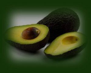 אבוקדו לדיאטת אנטי אייג'ינג. נוגד חימצון חזק תמונה של אבוקדו חתוך.