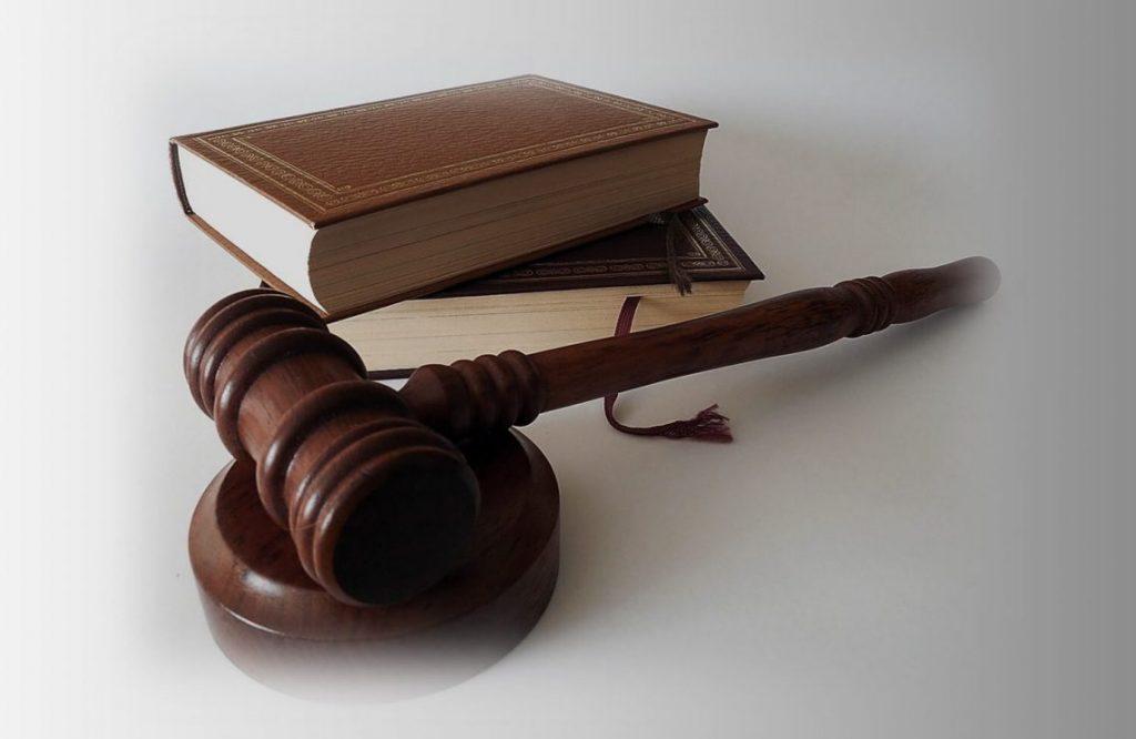 תקנון השימוש באתר. תמונה של ספר עם פטיש של שופט.
