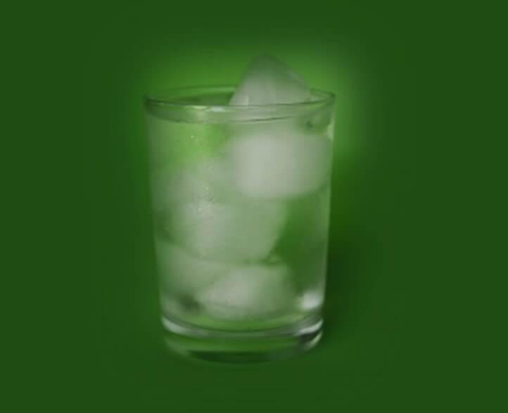 דיאטת אנטי אייג'ינג ושתיית מים. תמונה של כוס עם מים קרים.