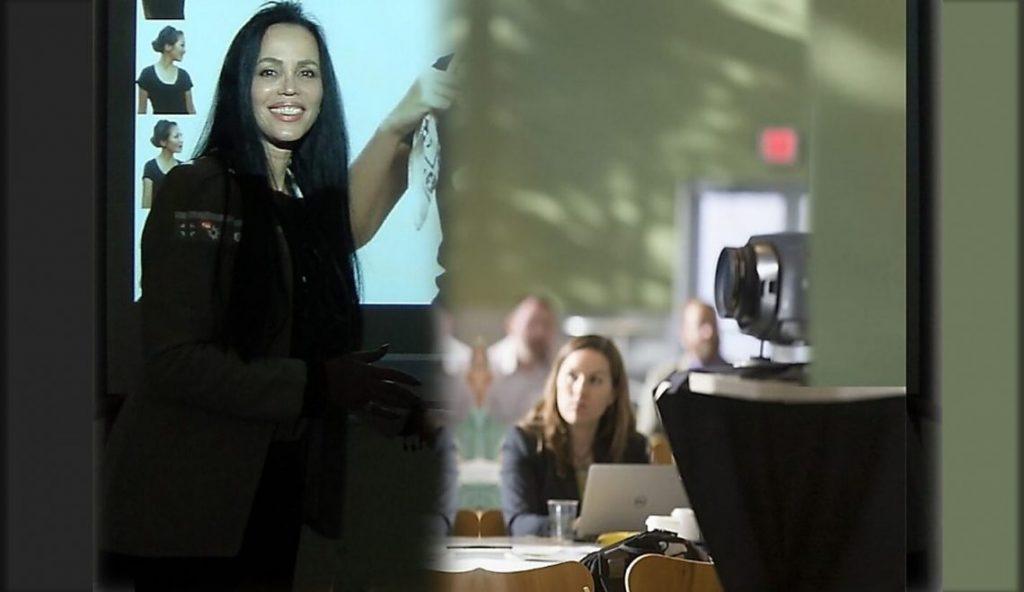 הרצאה לעסקים פרטיים או ללקוחות העסק. תמונה של חלי בהרצאה פרטית.